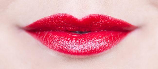 Maybelline Color Sensational Lipstick 530 Fatal Red molkan skönhetsblogg